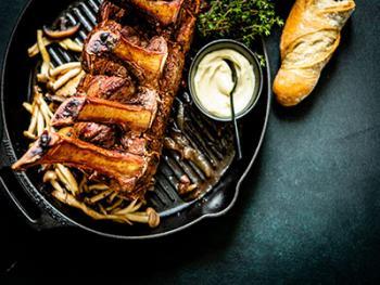Standing rib roast met knoflook en tijm