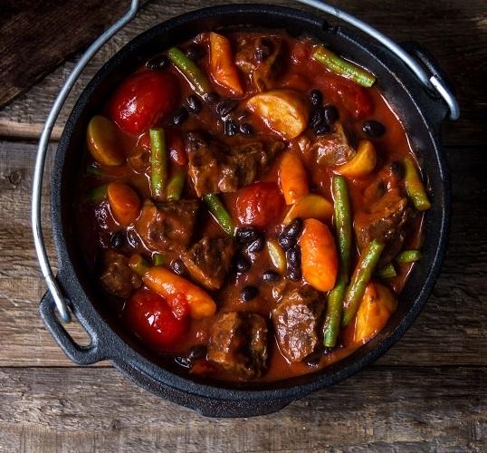 Stoofpotje van rundsvlees met groenten en kruiden