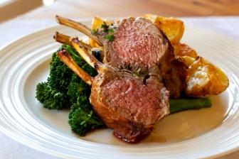 Lamskroon (Lamsrack) met groenten uit de oven