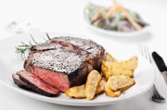 Rib eye steak met chiliboter en huisgemaakte frites